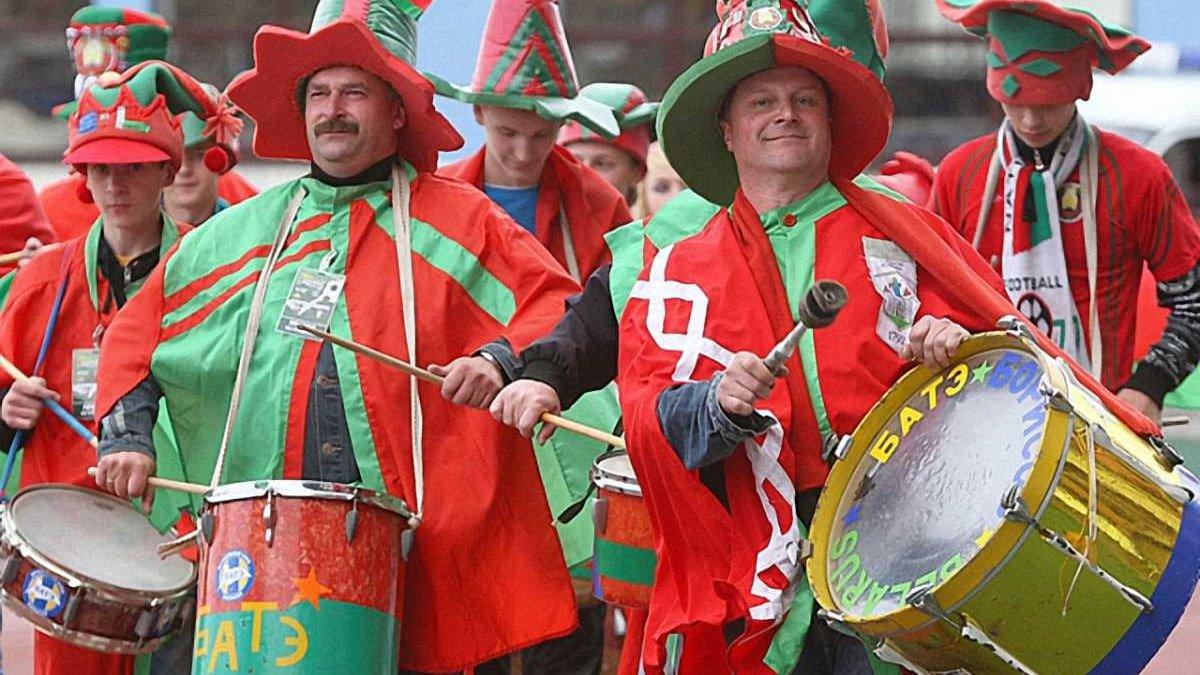 Милиция проверяла заставки на телефонах болельщиков перед матчем Беларусь - Таджикистан