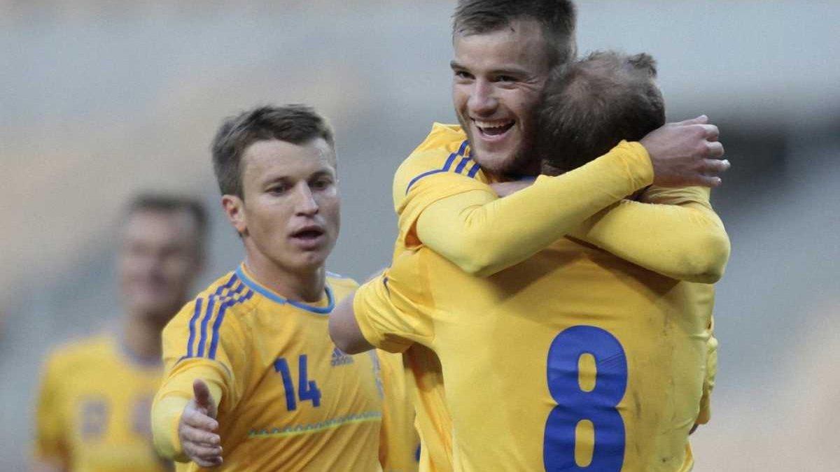 Футболку Ярмоленка для допомоги захисникам України продали в 2 рази дорожче, ніж Зозулі