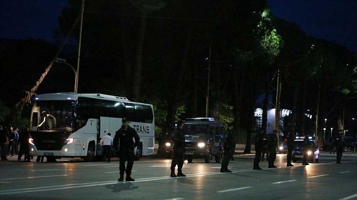 В Албанії закидали камінням автобус збірної Сербії (ФОТО)