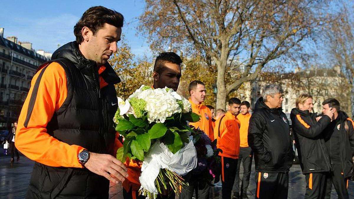 """""""Шахтер"""" почтил память жертв терактов во время прогулки по Парижу. Фоторепортаж"""