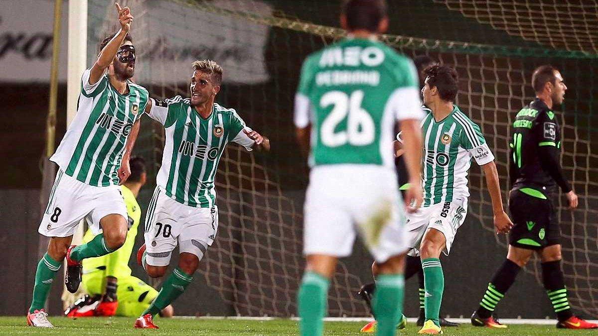 В Португалии защитник забил нелепый автогол, не попав по мячу, который летел от ворот