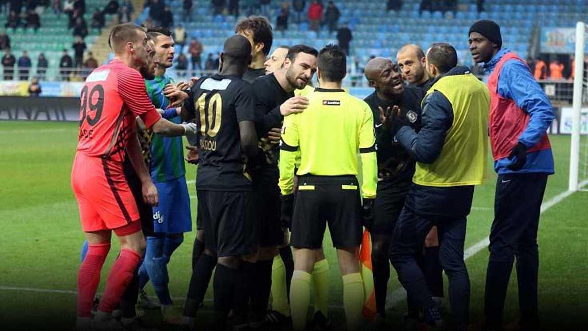 Як знаменитий арбітр Чакир призначив скандальне пенальті за гру рукою... воротаря