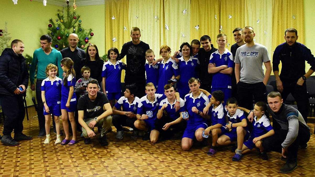 """Ярмоленко разом з ультрас """"Динамо"""" відвідали дитячий будинок з привітаннями та подарунками"""