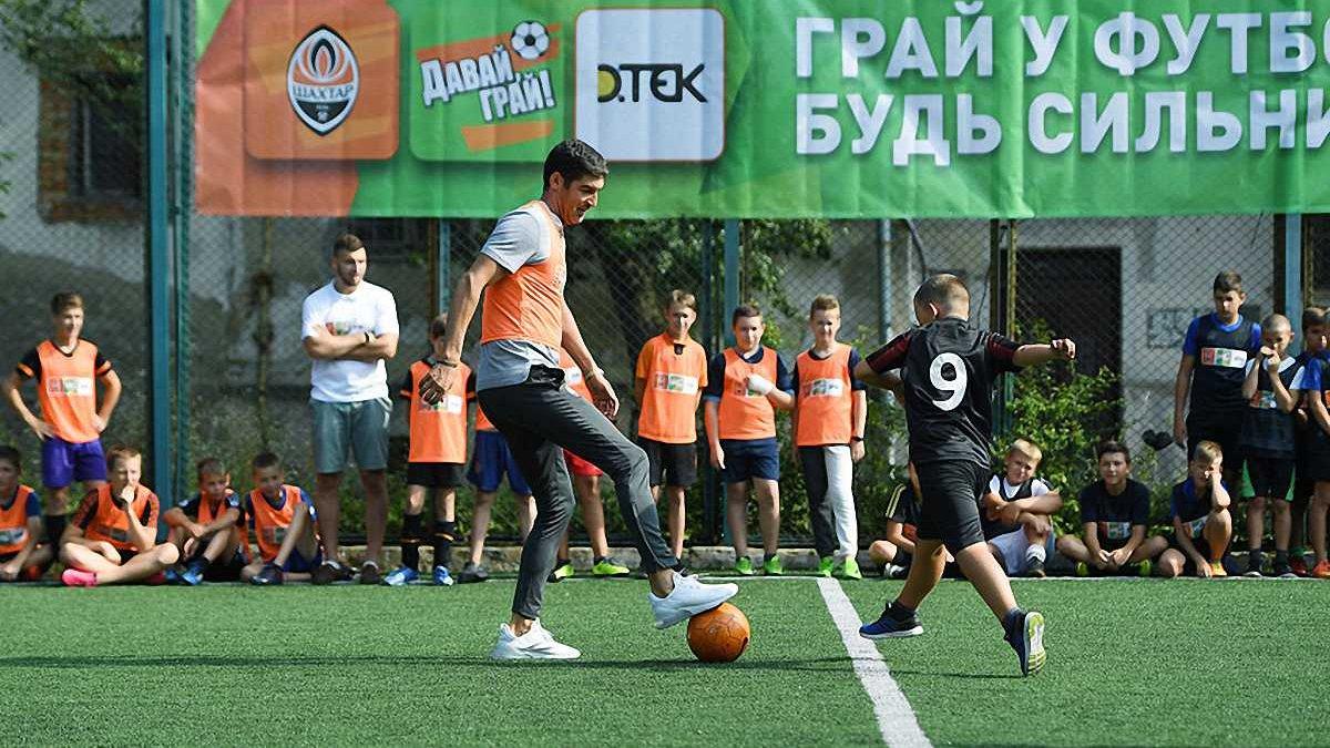 Фонсека и Дуляй сыграли с детьми во Львове – португалец не забил пенальти юному вратарю