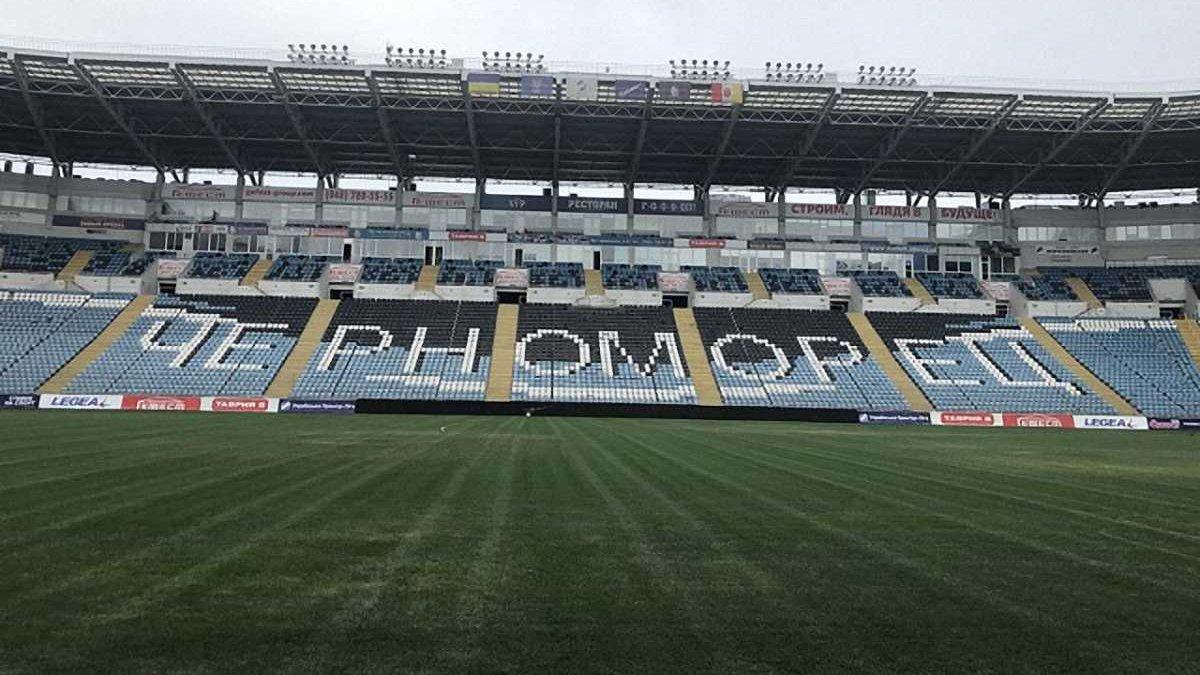 Чорноморець приводить до ладу газон на стадіоні