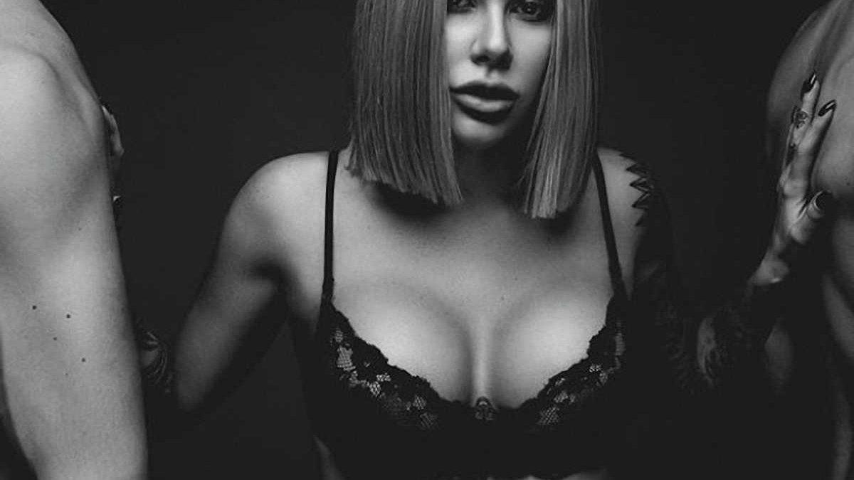 Дружина гравця Динамо шокувала гарячим фото в компанії оголених чоловіків