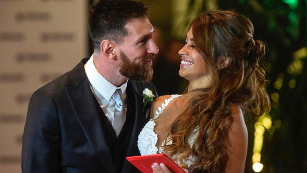 """Мессі """"коронував"""" свою дружину – наймиліше фото дня"""