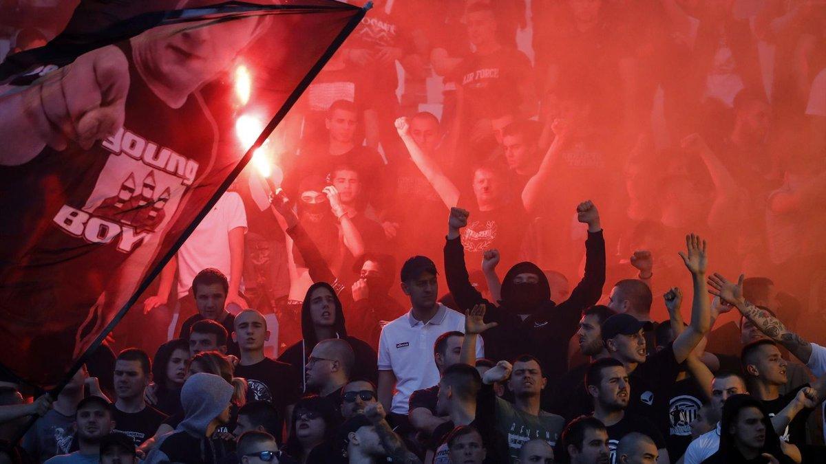 Фанат Партизана випорожнився на прапор Црвени Звезди прямо на стадіоні під час фіналу Кубка Сербії