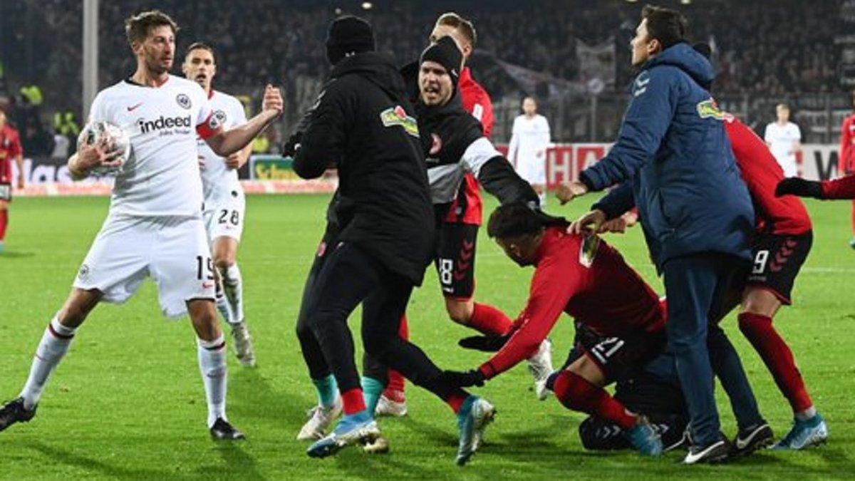Защитник Айнтрахта грубо завалил тренера Фрайбурга и спровоцировал массовую потасовку