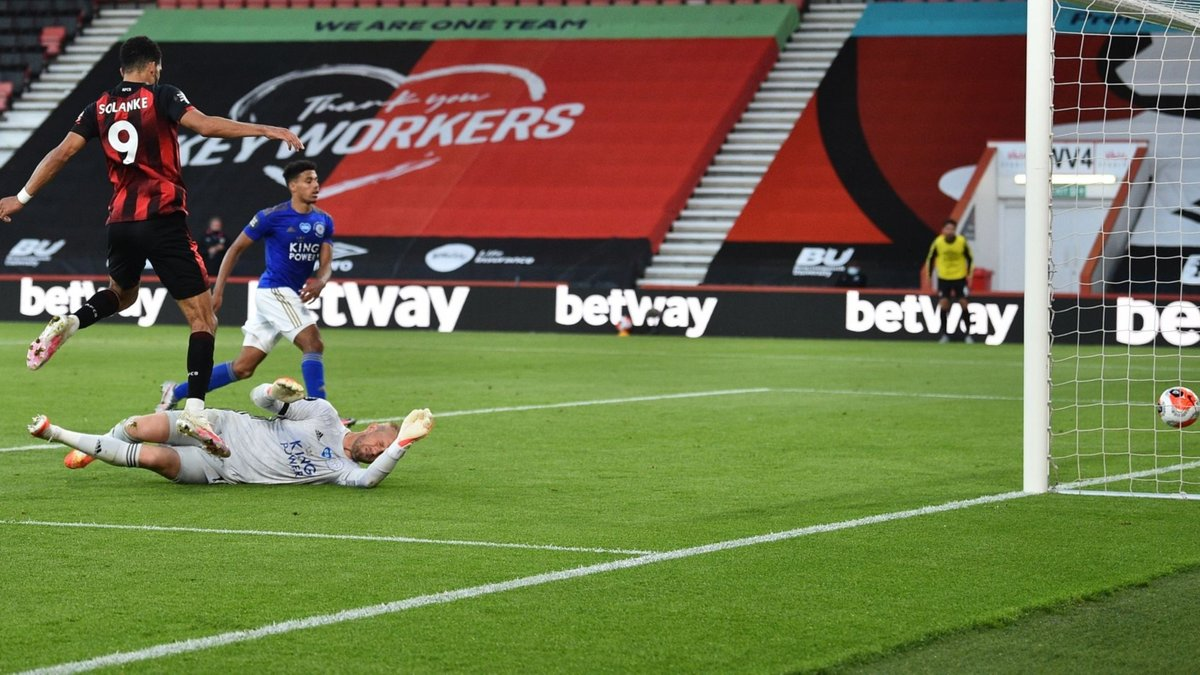 Борнмут сенсационно разгромил Лестер, Тоттенхэм одержал волевую победу над Арсеналом: 35-й тур АПЛ, воскресенье
