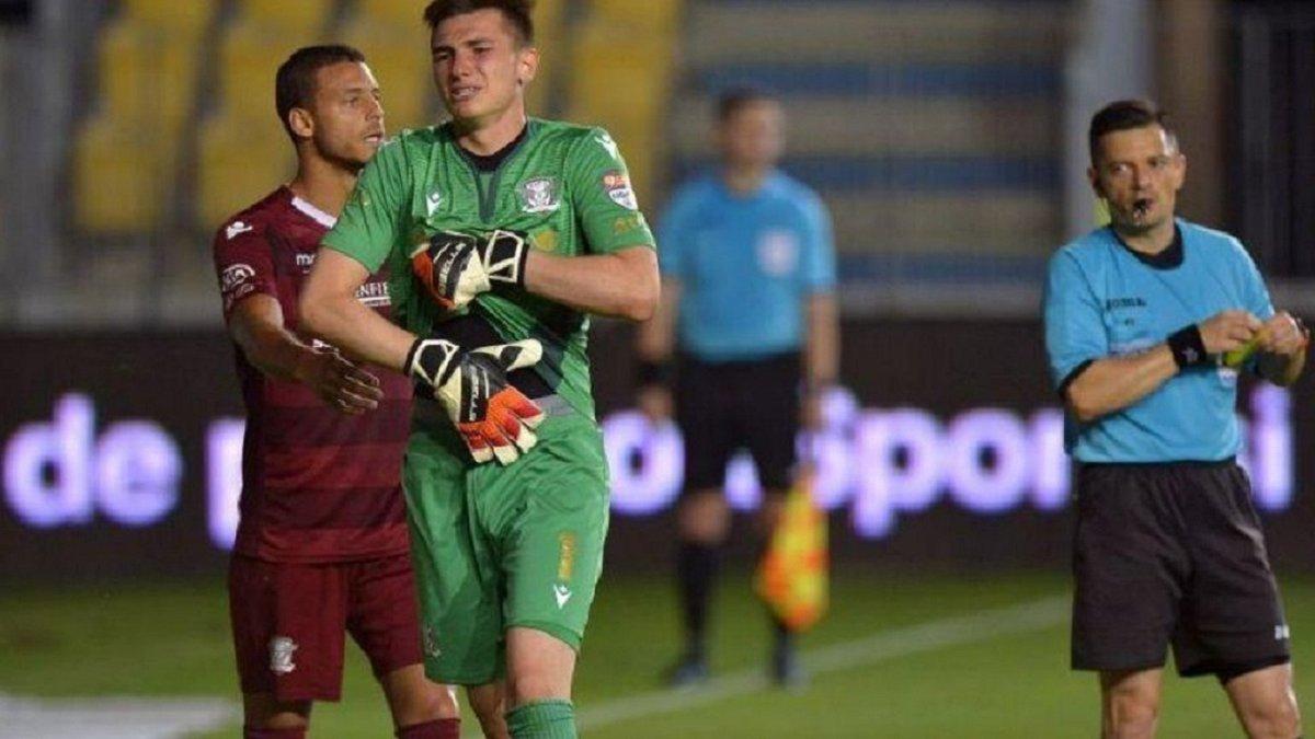 Юний голкіпер двічі відбив пенальті, але арбітр вилучив героя і дав бити втретє – божевілля в чемпіонаті Румунії