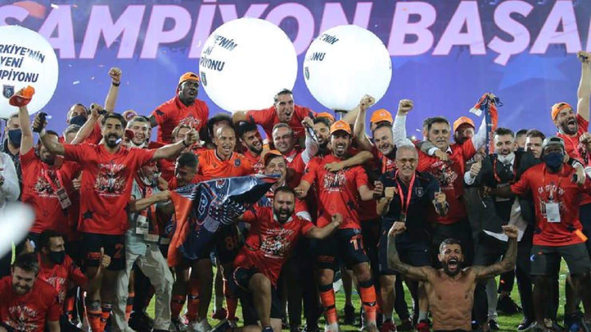 Истанбул Башакшехир впервые выиграл Суперлигу и стал лишь шестым чемпионом Турции за всю историю
