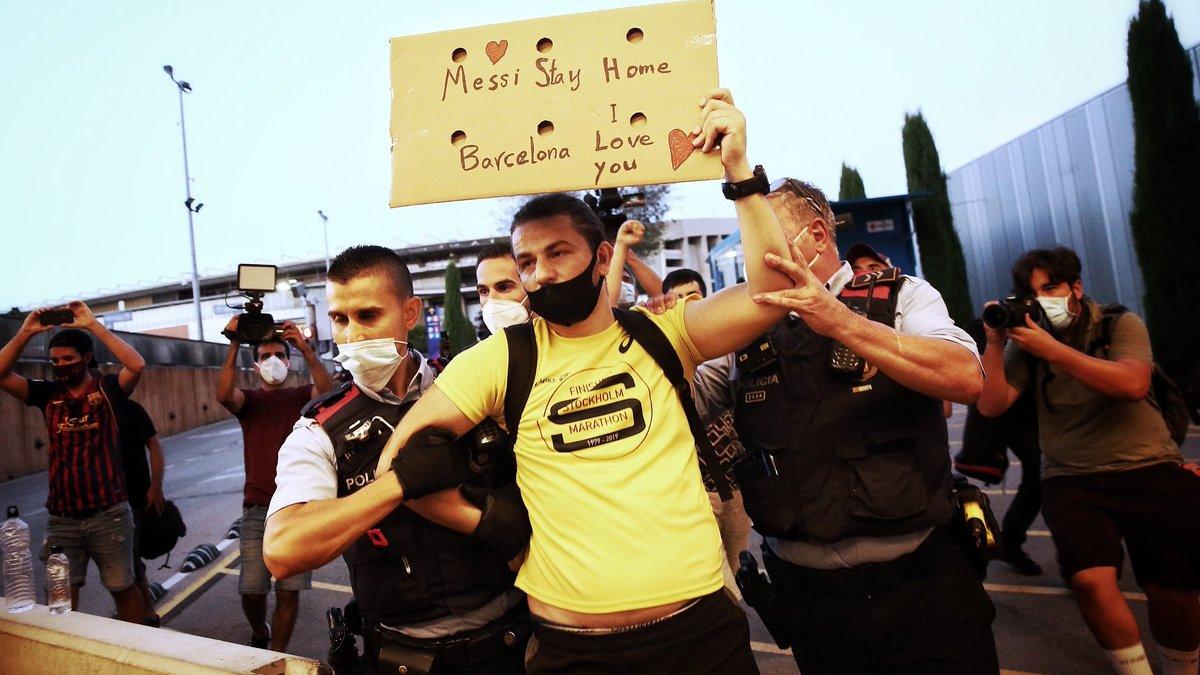 Розлючені фанати Барселони влаштували штурм Камп Ноу – довелося втручатися поліції