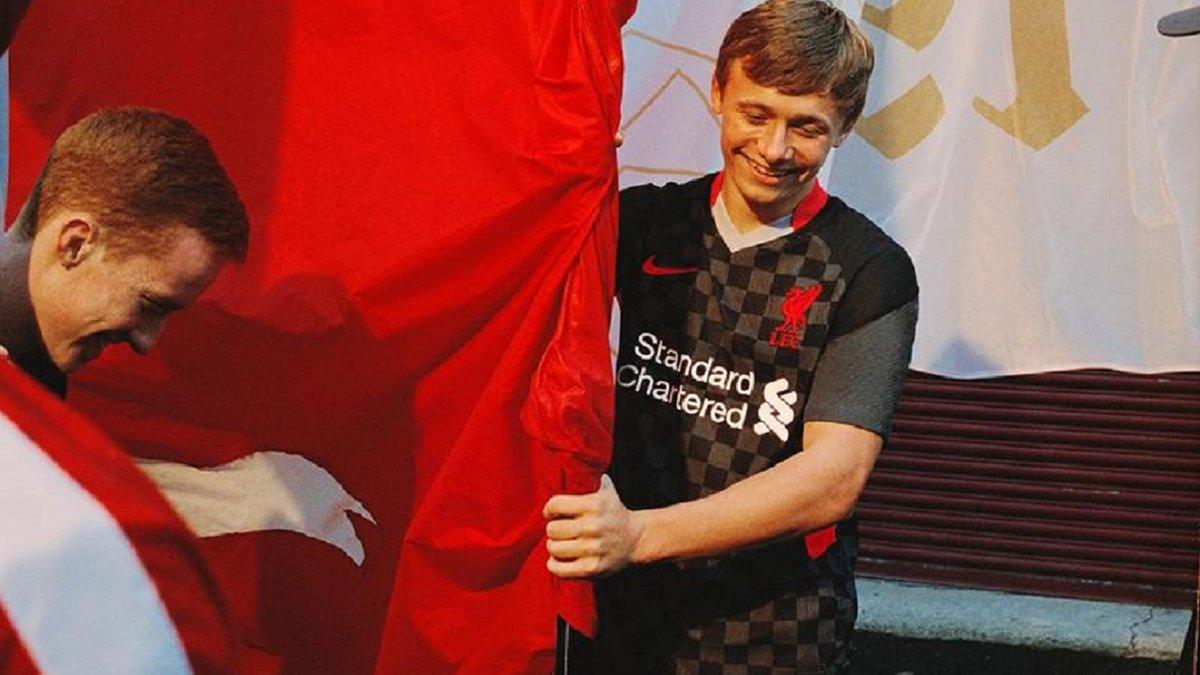 Ливерпуль представил новый комплект стильной черной формы