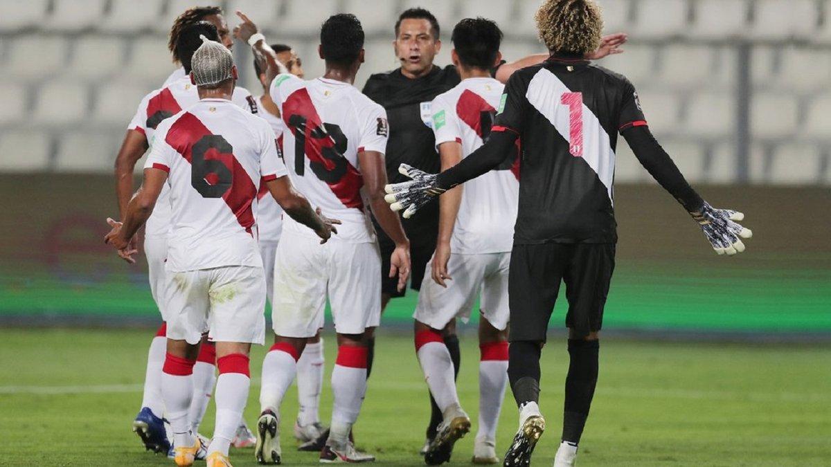 Фанаты Перу охотились на арбитра после матча с Бразилией – десятки полицейских всю ночь охраняли рефери