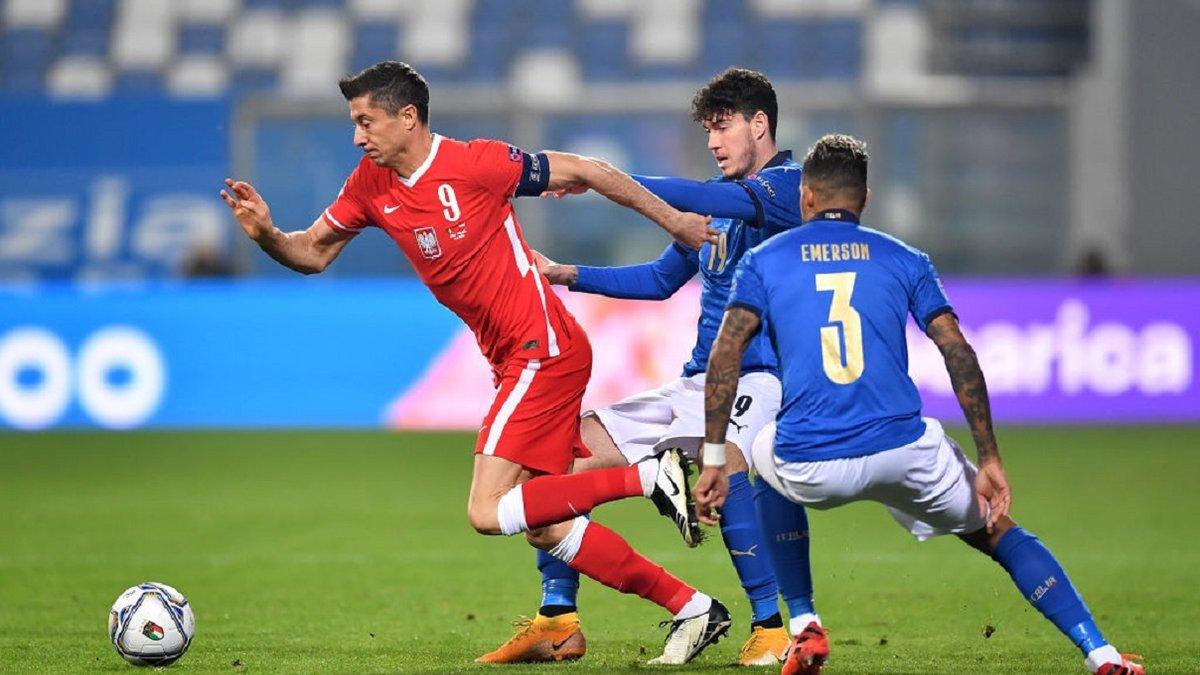 """""""Він навіть не попросив вибачення"""": Лєвандовскі вдарив ліктем дебютанта збірної Італії, але той знищив поляка на полі"""