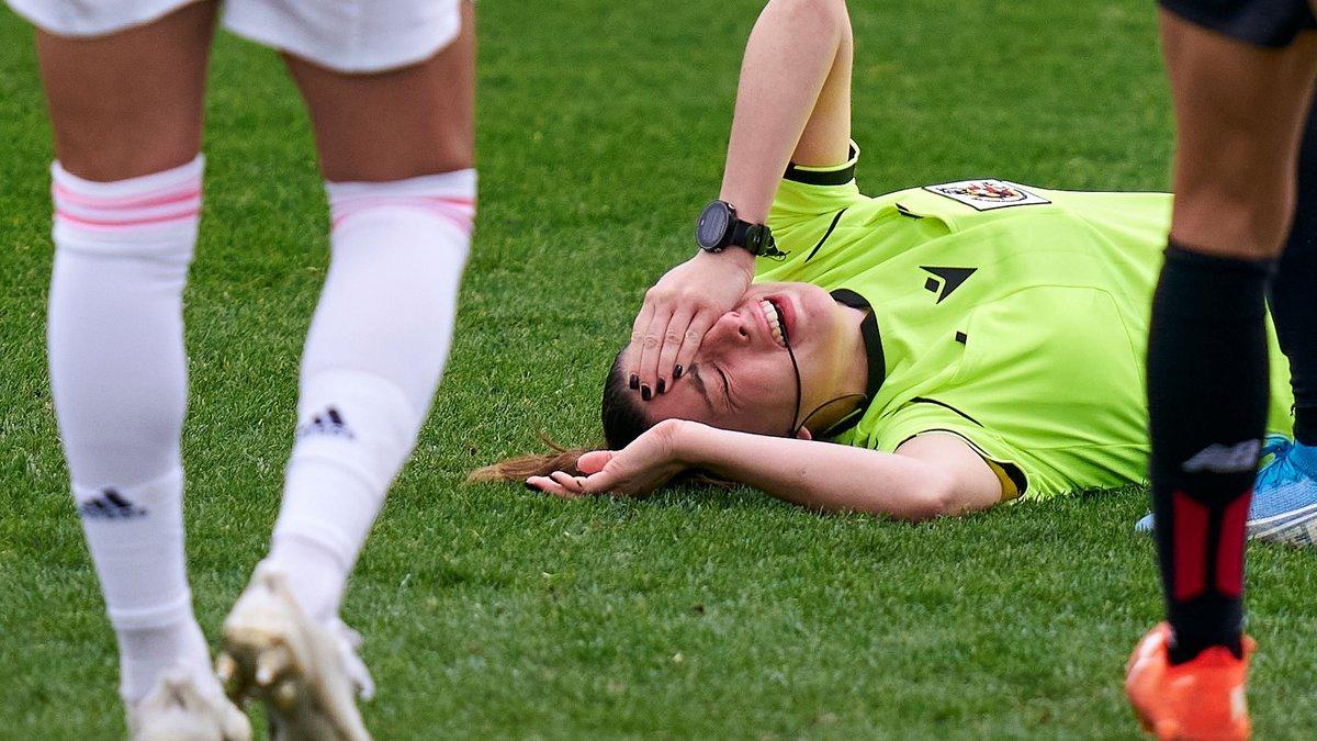 """Гравець жіночої команди Атлетіка """"відключила"""" арбітра ударом в голову – рефері не змогла завершити матч"""