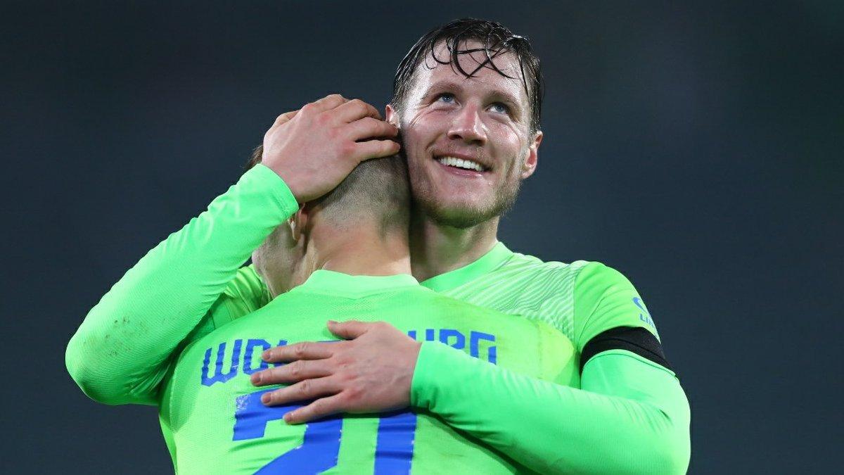 Вольфсбург на последних минутах вырвал волевую победу над Айнтрахтом и поднялся в зону Лиги чемпионов