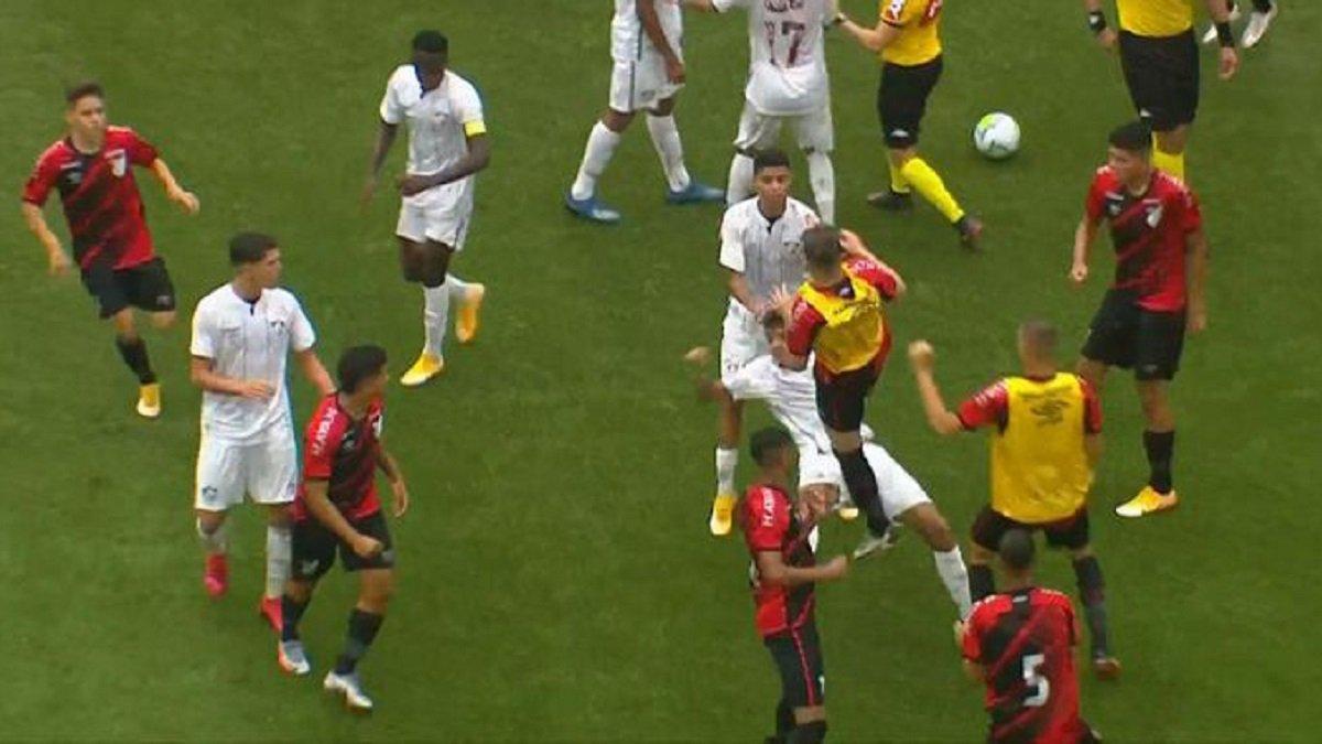 Финал чемпионата Бразилии U-17 закончился массовой дракой – видео безжального побоища
