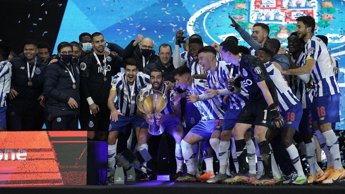 Футболисты Порту сорвали пресс-конференцию тренера после победы в Суперкубке Португалии – безумное празднование