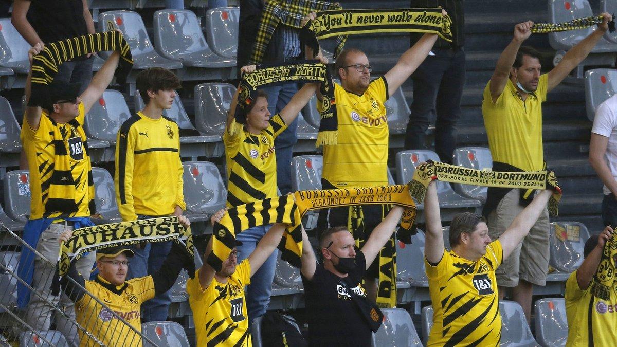 Боруссия Д наказана за празднование триумфа в дерби с фанатами