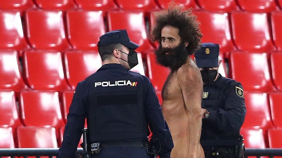 Гранада – Манчестер Юнайтед: голий фанат вибіг на поле під час матчу ЛЄ – відео колоритного перфомансу
