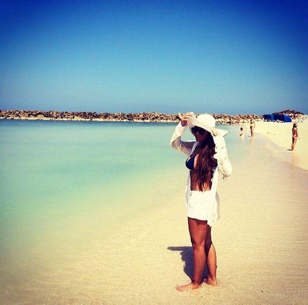 фото на пляже брюнеток