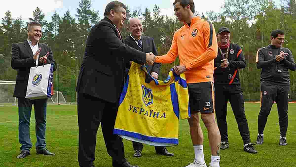 Федерація хокею України вручила хокейні футболки Луческу та Срні