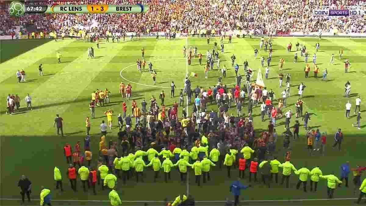 Фанати Ланса вибігли на поле та спробували атакувати футболістів під час матчу Ліги 2