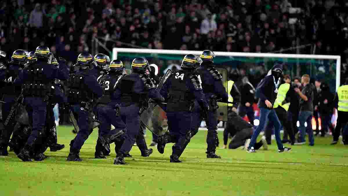 Розлючені фанати Сент-Етьєна масово вибігли на поле після святкування 5-го гола Ліона у стилі Мессі