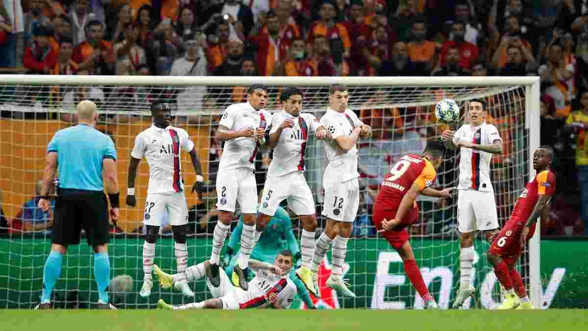 Фанаты ПСЖ и Галатасарая устроили драку перед матчем Лиги чемпионов – полиция спасала абсолютно голого мужчину