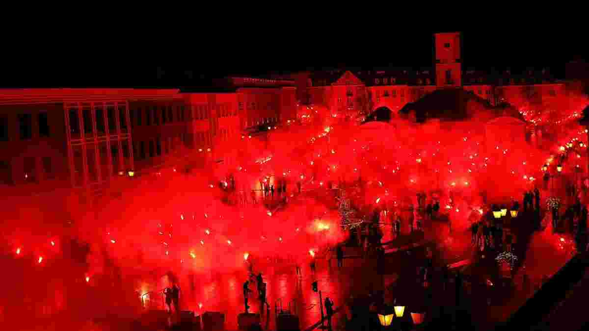 """Польские фанаты """"зажгли"""" город, празднуя юбилей местного клуба – захватывающее зрелище"""