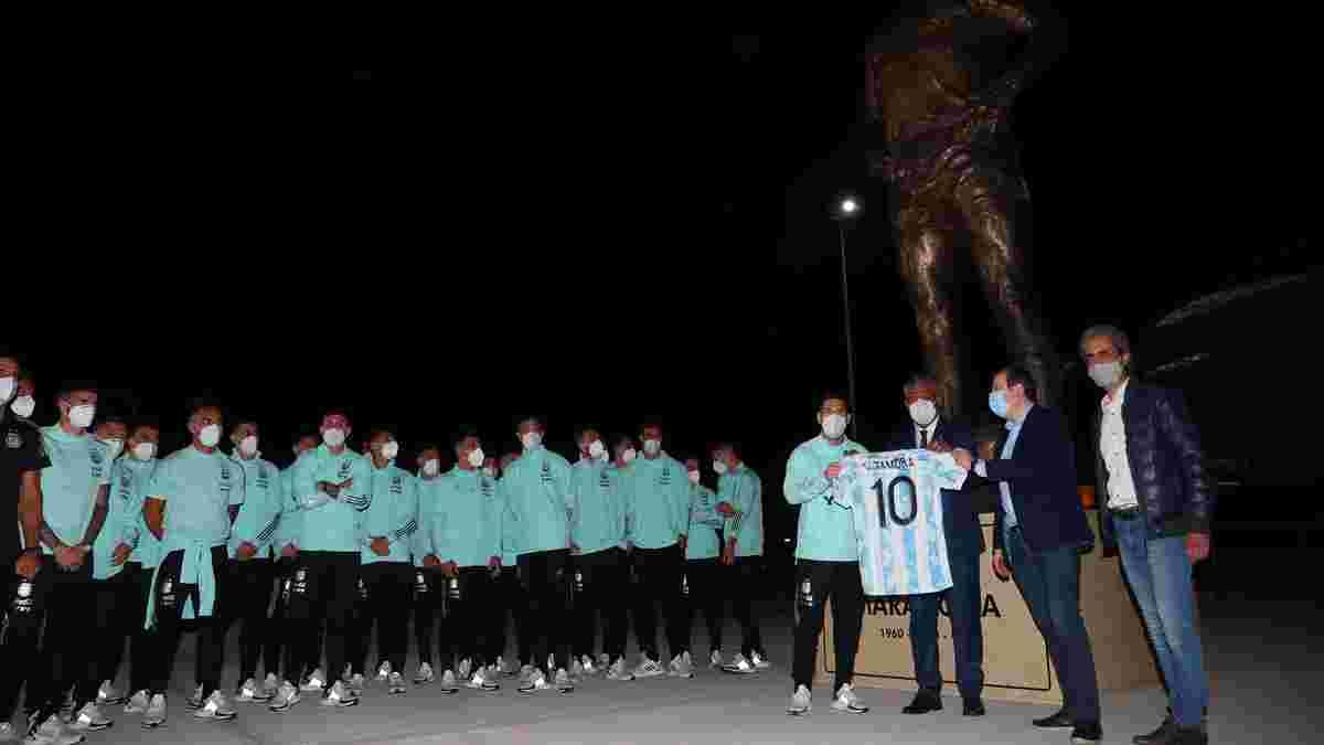 Месси со звездами сборной Аргентины почтили память Марадоны перед матчем с Чили