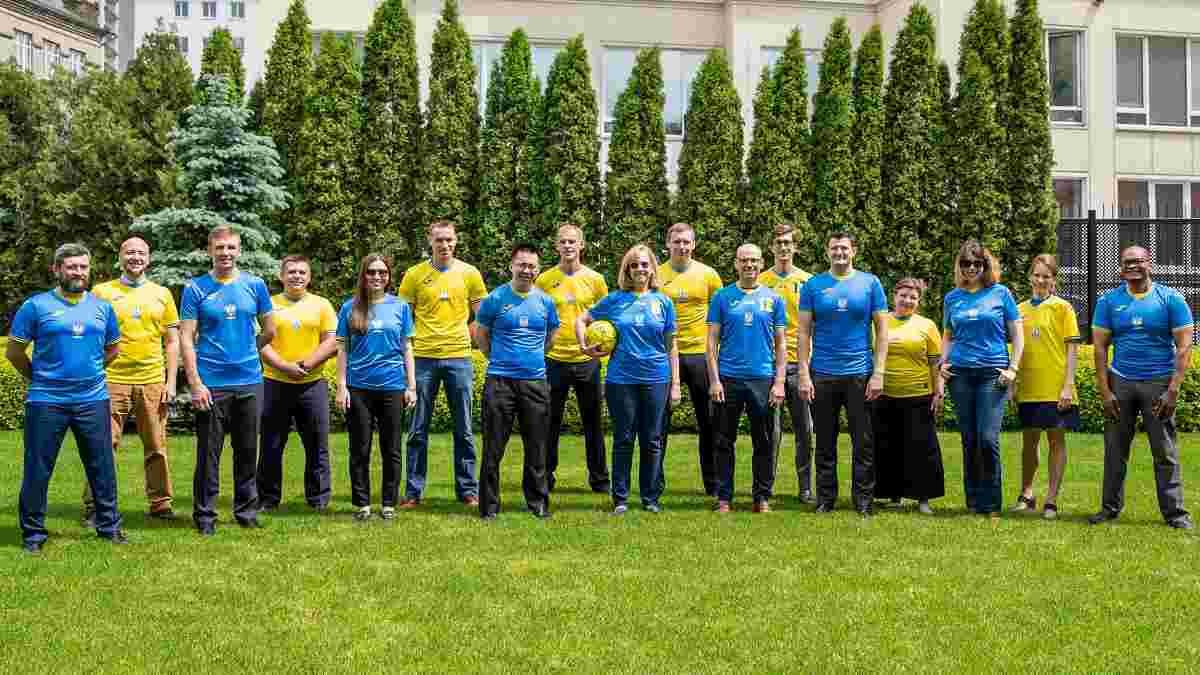 Працівники посольства США в Києві одягнули форму збірної України – колоритні фото
