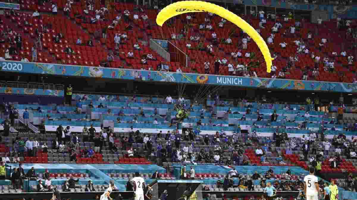 Франция – Германия: парашютист приземлился на поле во время матча – пострадали фанаты, Дешам едва не травмировался