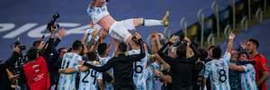 Игроки сборной Аргентины подбрасывали Месси после триумфа на Копа Америка, забыв о тренере