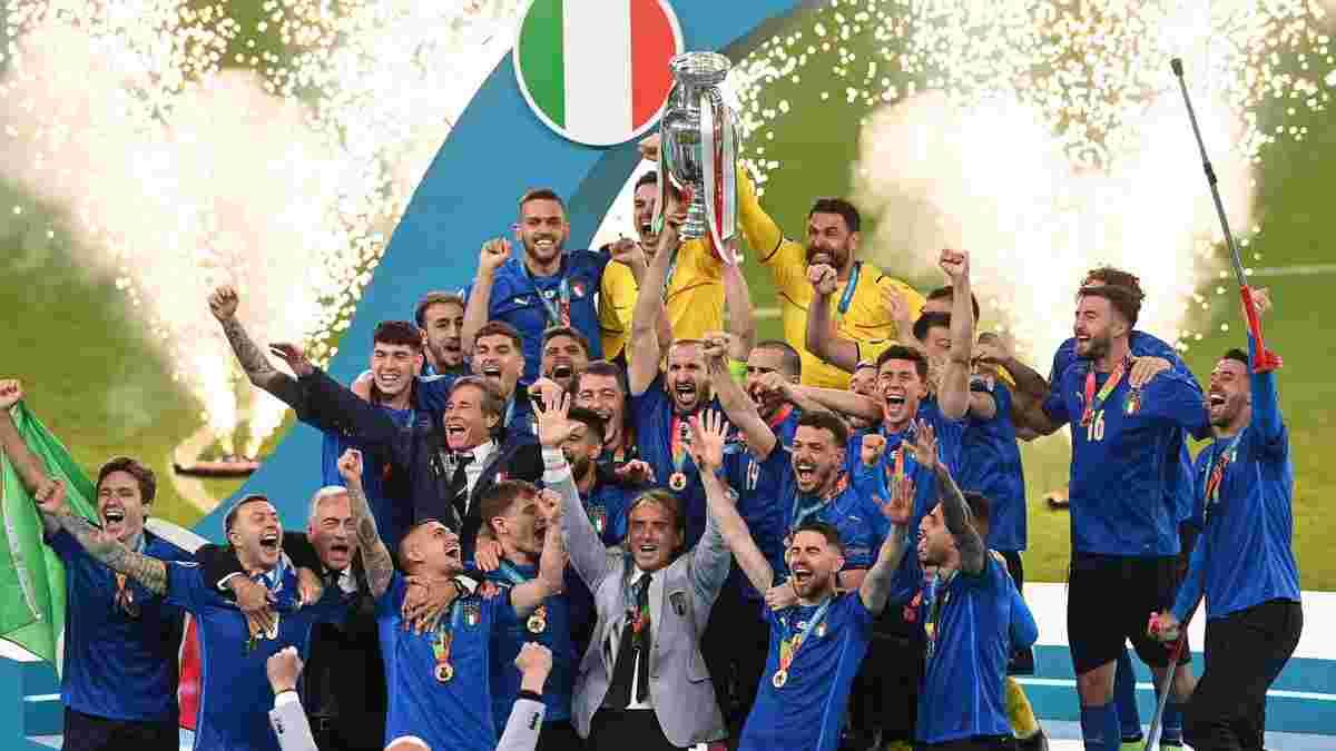 """Флаг Италии над Уэмбли, поцелуй Кьеллини и триумфальные костыли Спинаццолы – как """"Скуадра"""" праздновала победу на Евро"""