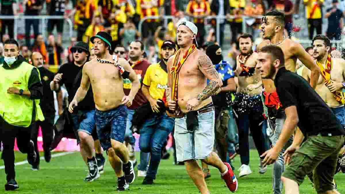 Фанати Ланса масово вибігли на поле та ледь не влаштували бійку – матч із чемпіонами Франції був перерваний