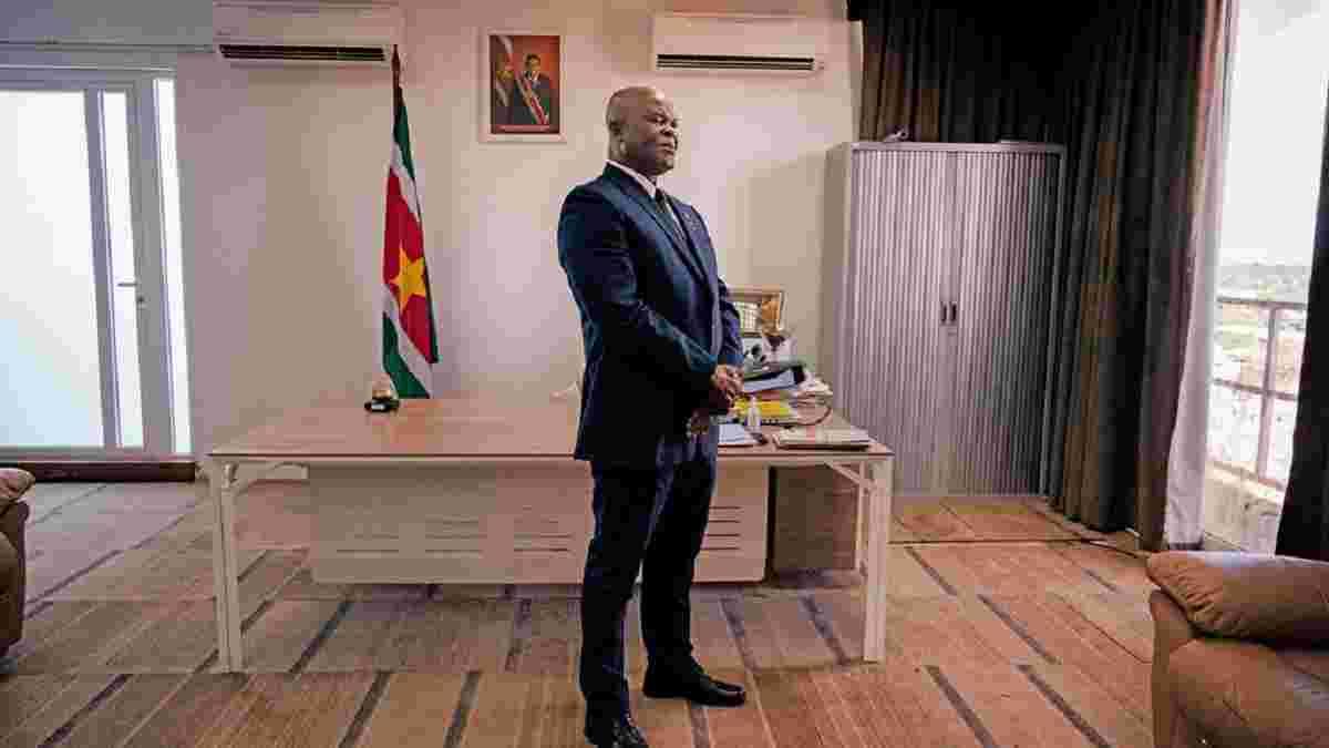 Віце-президент Суринаму перебуває в розшуку, але в 60 років зіграв у міжнародному матчі й роздавав гроші футболістам