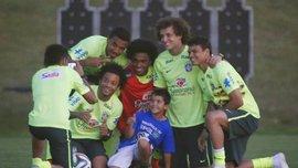 """Сфотографироваться с """"горняком"""" Бернардом: бразильцы успевают и с фанами встретиться. ВИДЕО"""