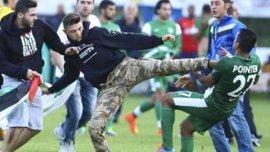 """Футболісти """"Маккабі"""" серйозно побились з фанами через прапори Палестини. ВІДЕО"""