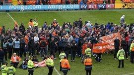 """Дві тисячі фанатів """"Блекпула"""" вибігли на поле під час матчу (ВІДЕО)"""