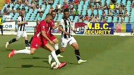 Прекрасным навесным ударом игрок забил гол в Румынии (ВИДЕО)