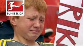 Кислинг довел мальчика на трибунах до слез неожиданным подарком (ВИДЕО)
