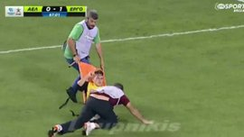 Брутальные кипрские санитары жестко вынесли игрока за пределы поля (ВИДЕО)