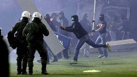 В Афинах ультрас подрались с полицией на поле (ВИДЕО)