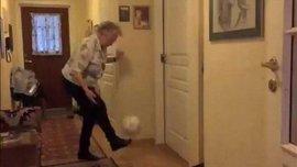 90-летняя бабушка набивает мяч более 1000 раз (ВИДЕО)