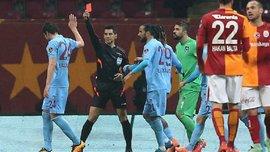 """Хавбек """"Трабзонспора"""" Дурсун показал арбитру красную карточку и был удален с поля. Видео"""