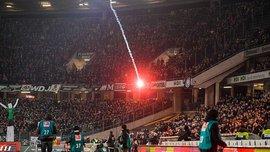 """Фанаты """"Вольфсбурга"""" попали ракетницей в тренерскую скамейку """"Ганновера"""" - появилось видео"""