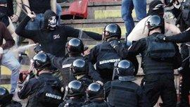"""Криваве Белградське дербі: з'явилося відео махачу між ультрас """"Партизана"""" і """"беркутами"""""""